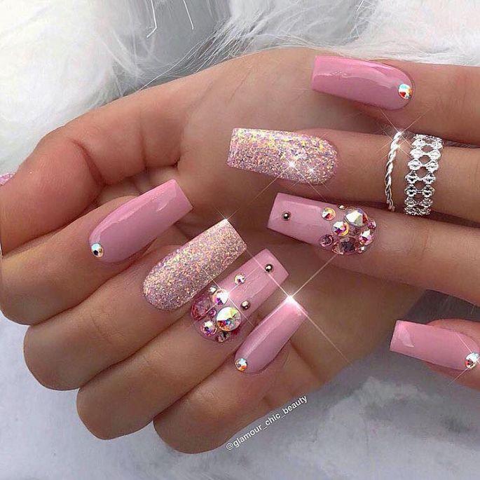 růžové gelové nehty s kamínky