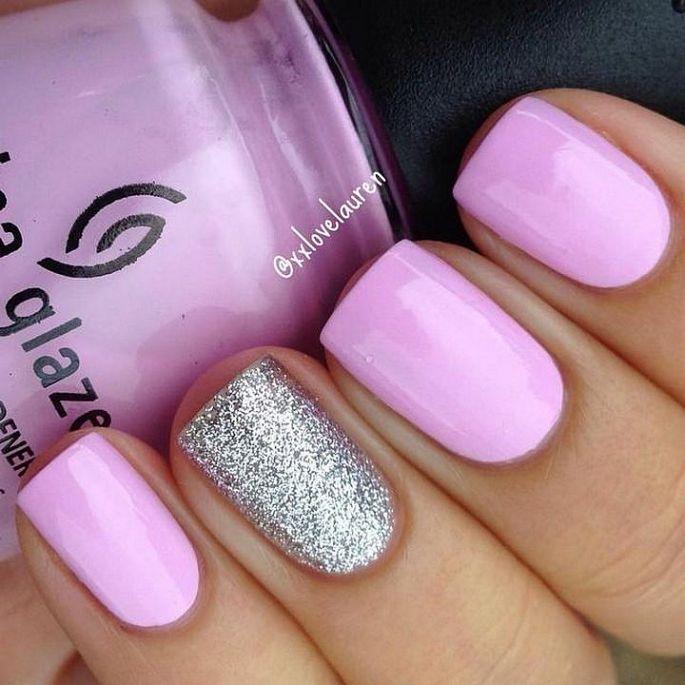 růžové nehty s třpytkami