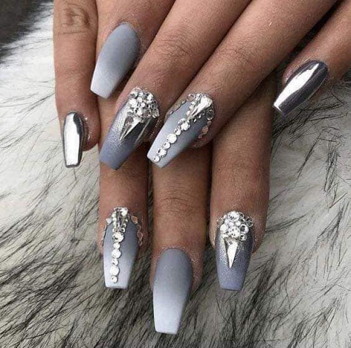 gelové nehty šedé zdobené