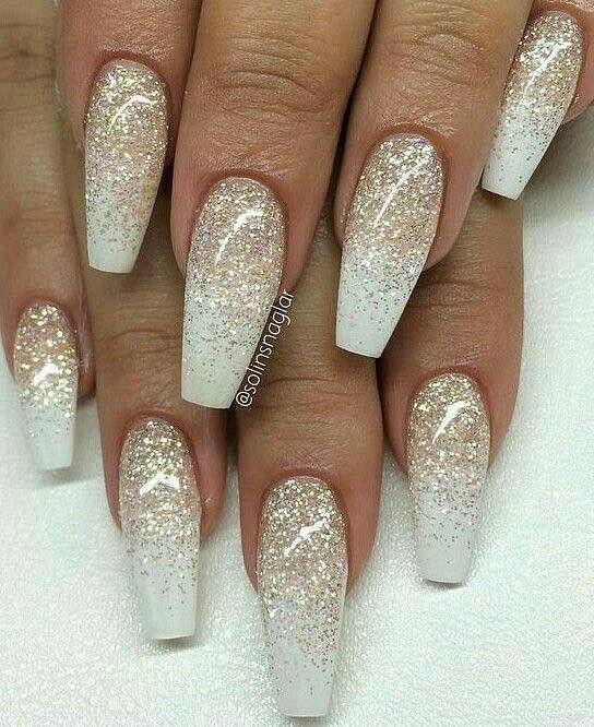 gelové nehty se zlatými třpytkami