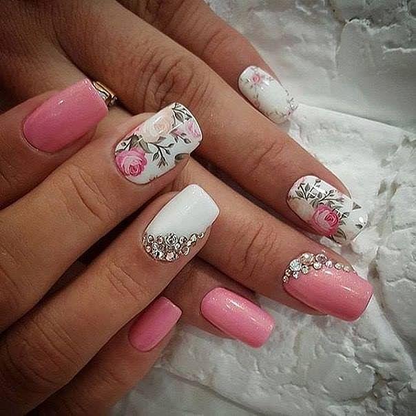 růžové nehty s kytkami