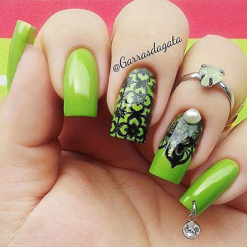 zelene nehty s piercingem