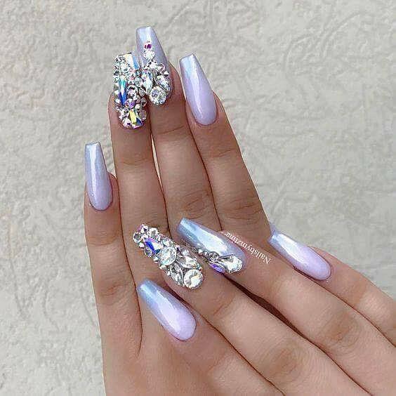 fialové gelové nehty zdobené s kamínky