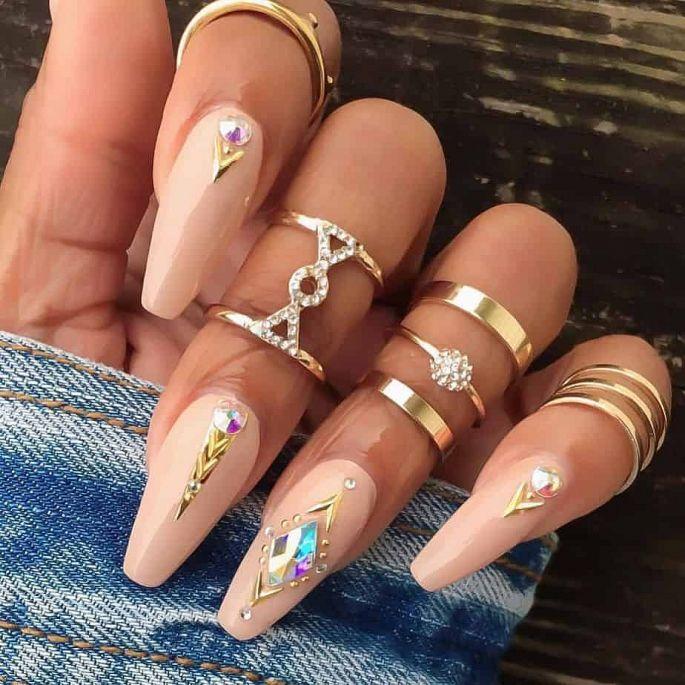 nude gelové nehty zdobené