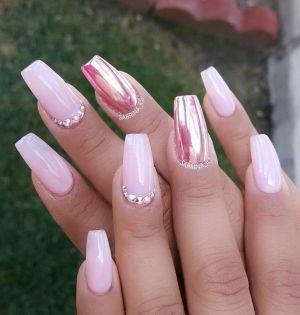 růžové holografické nehty