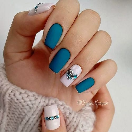 matné modré gelové nehty