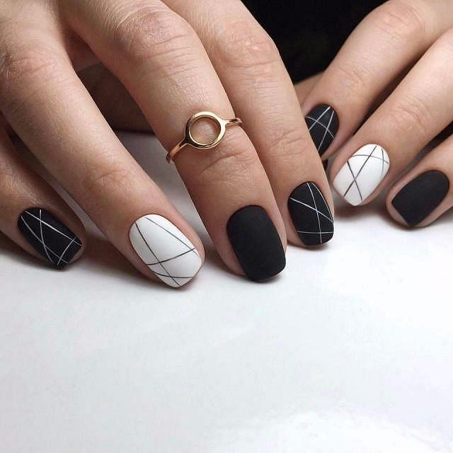 gelové nehty černé s liniemi